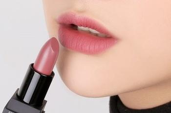 赤系のマットなリップが主流の今年。リップラインやブラシを使わず直接唇にひくのがおススメです。