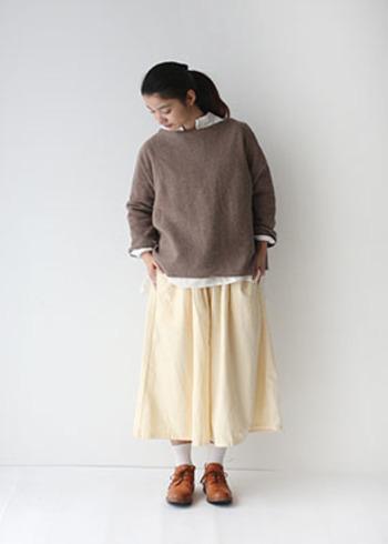 優しい肌触りのウール100%ニットは前後どちらでも着られる2WAYデザイン。ゆったりとした身頃で重ね着にもぴったりです。