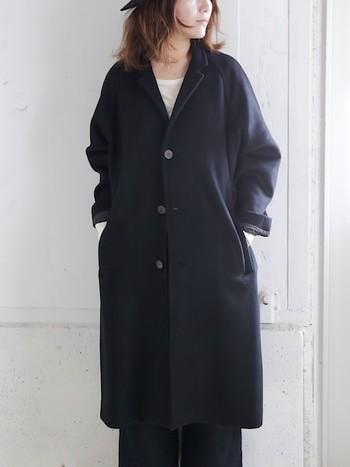 シンプルで大人っぽいラグランスリーブのコートは、年齢や時代を超えて愛されるデザイン。ウールとヤクの毛を使って、防寒性に優れ着心地の良いコートに仕上げられています。