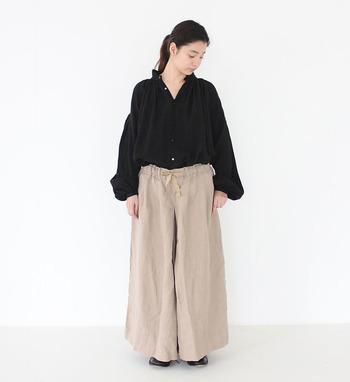襟元から豊かに流れ落ちる生地の質感が女性らしいブラウスです。袖のゆったりとしたシルエットも独特の魅力があります。一枚で着て表情のある素敵なブラウスですね。