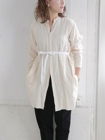 優しく表情のある京洛染のロングシャツはウエストのリボンがポイントになっています。結ばず流したり、後ろで留めても違ったシルエットが楽しめそう。