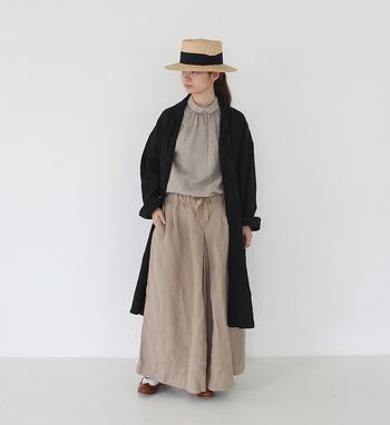 ウエストゴムのリラックスしたパンツは、たっぷりとした生地の使い方が大人っぽい印象。パンツのようなスカートのようなニュアンスのある着こなしが楽しめます。