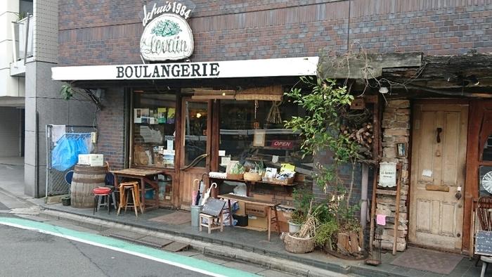 ルヴァンは小田急線「代々木八幡」駅から歩いて8分ほどの場所にあるパン屋です。店内には常に商品を求める人たちの姿でたくさんの人気店。