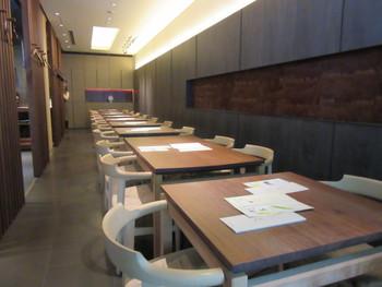 茶舗の奥にあるカフェスペース・喫茶室「嘉木」は、木を基調とした和モダンな雰囲気。椅子は北欧の高級家具・ハンス・J・ウェグナーが採用されており、居心地もバツグンです。