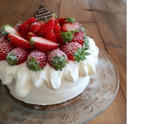 こちらのケーキは、側面はナッペし、デコレーションにスプーンを使用します。緩めに泡立てたホイップを淵に垂らすように。ボリューミーで見た目にも可愛らしいですね。