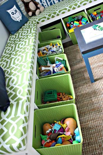 収納ボックスの中には大小さまざまのおもちゃがいっぱい!