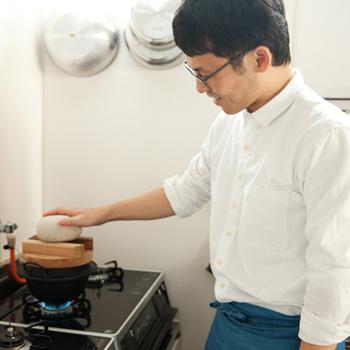 大学卒業後、食品メーカー勤務や日本料理店での修業を経て2013年に料理研究家として独立。 忙しい現代の家庭環境のなかでも、作り手の心のこもった、素朴で体にしみ込むような家庭料理を大切にしてほしいという思いから、家で作りやすい和食レシピを考案し、届けている。和食レシピサイト「白ごはん.com」運営。近著に『冨田ただすけの和定食』『雪平鍋ひとつでラクうま和食』などがある。