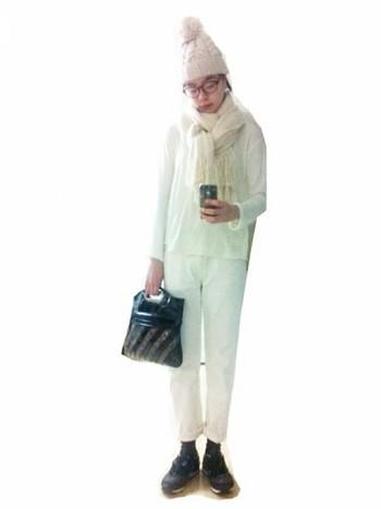 ホワイト×ホワイトの鉄板コーデ! 全身ホワイトのコーデにホワイトのマフラーをプラスするとさらに素敵になるので、欠かせませんね♪ 冬にもぴったりです。