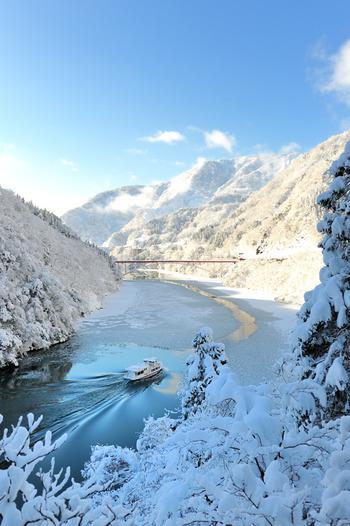 凛と張り詰めた寒さの中でことさら美しい雪景色。日常から離れて、白銀の世界を体験しに行きませんか?