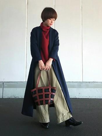 タートルネックに一番オススメなコートは、ロングコートです。 一つ一つはシンプルなアイテムでも、縦長ライン効果で体がすらっと見えるおしゃれコーデになります。
