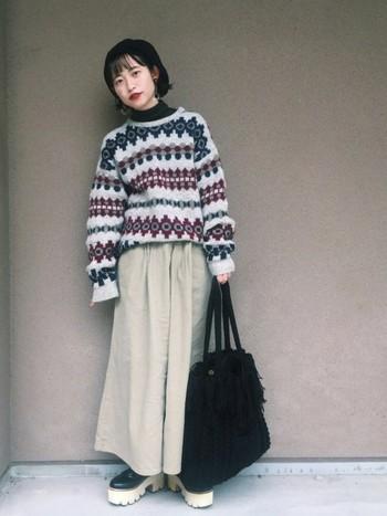柄物のセーターと、黒いタートルネックの組み合わせ。 小顔効果のある黒のタートルネックは冬、かなり使えます♪