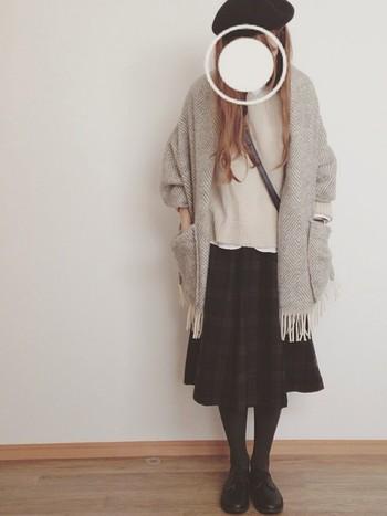ダークカラーのチェックスカートは合わせやすいアイテム♪ ホワイトやグレーのカーディガンを羽織ってシンプルに。 仕上げは黒のベレー帽で完璧です*