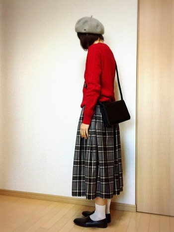 チェック柄がダークor寒色系なら、トップスは暖色系を。 真っ赤なトップスに色味をおさえたチェックスカートも素敵ですよ* まるでフランスのお嬢さんみたいにおしゃれで魅力的…!