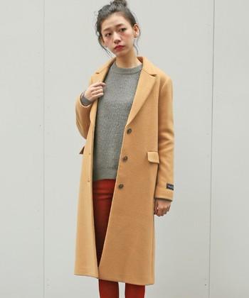 ベージュのコートはあなたの魅力を引き立たせてくれます。 赤や灰色との相性は抜群で、周りと差がつく垢抜けコーデに。