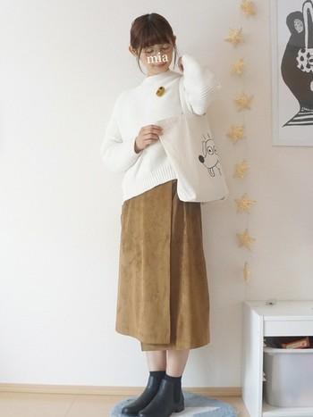 優しいベージュを使ったスカートは、ふんわりとした印象をプラスしてくれます。 白いセーター、トートバッグがぴったり合います♪