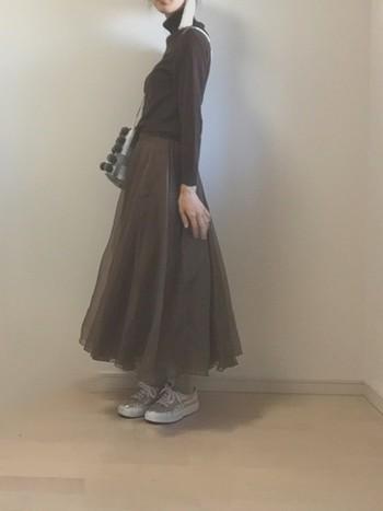 グラデーションのような濃いブラウン、薄めのブラウンを組み合わせたツートーン。 裾に向かってなだらかに広がるスカートのシルエットが女性の魅力を引き立たせてくれそう。