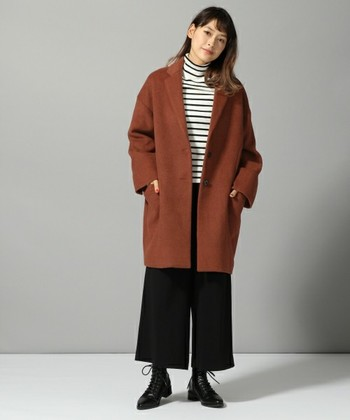 テラコッタのコートはベージュやブラウンとはまた違った印象を与えてくれます。 トレンド感たっぷりに、落ち着いた大人の女性の雰囲気を引き出してくれます。