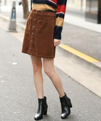 ブラウンのコーデュロイスカートに、ストライプセーターを合わせて。 メリハリある素敵なコーデの完成です。