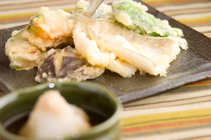 ふっくらとしたキスも、天ぷらには欠かせない具材ですね。キスは塩水で洗い、よく水気を取っておきます。小麦粉をまぶし、卵黄だけを使った衣をつけて高温でサクッと揚げます。魚介は最後に揚げましょう。