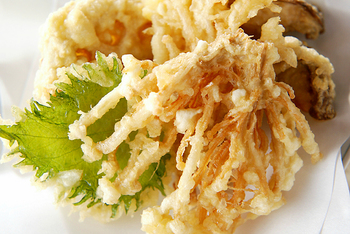 シイタケの天ぷらは定番ですが、こちらはエノキ茸がメインのキノコ天ぷら。歯ざわりがいい一品です。山椒塩でさっぱりとどうぞ。
