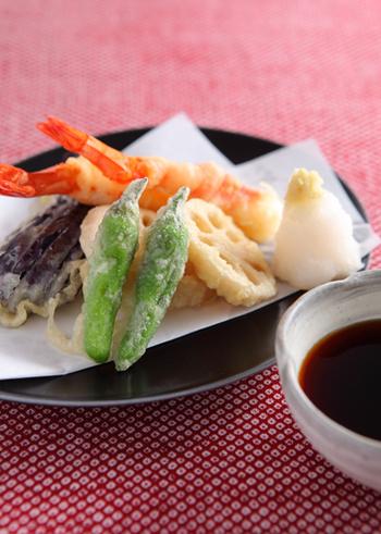 なかなかカラッと揚げるのがむずかしい天ぷら。でも、いくつかポイントを押さえれば、おうちでも上手に揚げることができます。和食の基本ですから、覚えておくと役立ちますね。