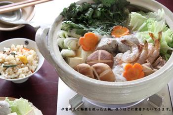 伊賀焼の伝統工芸士が手がけた、上質感のある土鍋。シンプルながら、温もりを感じる佇まいが魅力的。ひとつ一つろくろで丁寧に形作られた土鍋は、鍋料理の気分をグッと盛り上げてくれそう♪