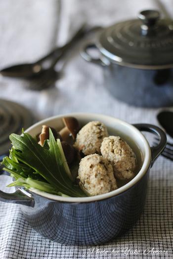 鶏ひき肉に、ミントとレモン果汁を加えて作ったチキンボールは、口に入れただけで爽やかな風味が広がります。 さっぱりした後味、いつものお鍋とは違った新しい美味しさです♪