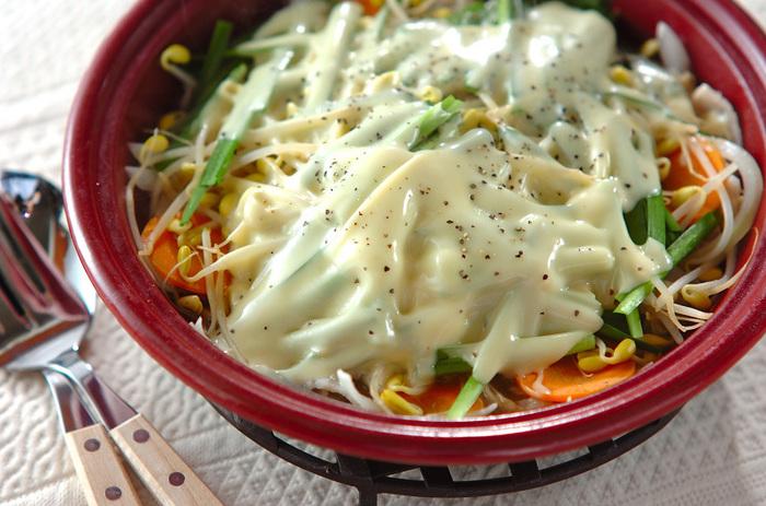 たっぷりの出汁で煮込む鍋料理と違って、ほんの少しの水を加えただけの蒸し鍋。野菜から出る水分で蒸した鍋は、野菜本来の甘みが堪能できます。 とろけたチーズとあらびきコショウが、あっさりした野菜の蒸し鍋の味を引き締めて、野菜の美味しさを改めて実感♪