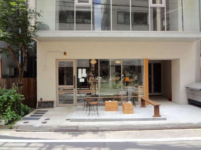 小田急線の「代々木八幡」駅から歩いて5分ほどの場所に、白い壁でナチュラルな雰囲気のフレンチ店PATHがあります。