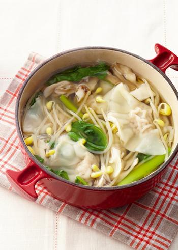 ツルッとした口当たりが病みつきになる水餃子のお鍋。余裕がある時には手作り餃子でしっかり手間をかけて、忙しい時には冷凍餃子で手早くスピード料理しても美味しい♪ 色んな種類の野菜が、一度にしっかり食べられるお鍋です。