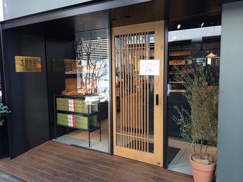 小田急線の「代々木八幡」駅を降りてすぐの場所に人気のパン屋365日があります。