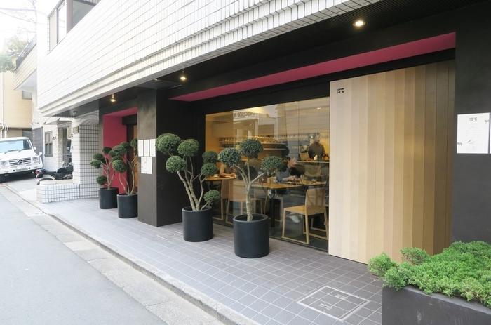 小田急線「代々木八幡」を降りてすぐの場所に15℃というカフェがあります。こちらのお店は先ほども紹介した人気のパン屋365日の系列店でもあるんです。