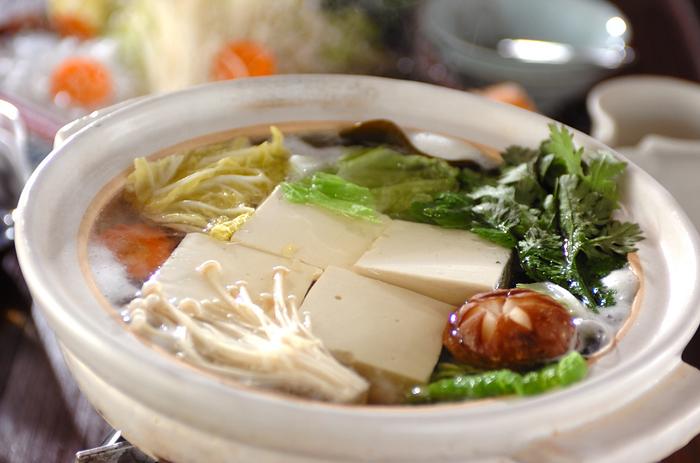 豆腐の美味しさをシンプルに味わう湯豆腐。素材本来の美味しさが命の湯豆腐鍋は、つけダレやポン酢、極上の豆腐など上質の素材選びにこだわりたいですね。