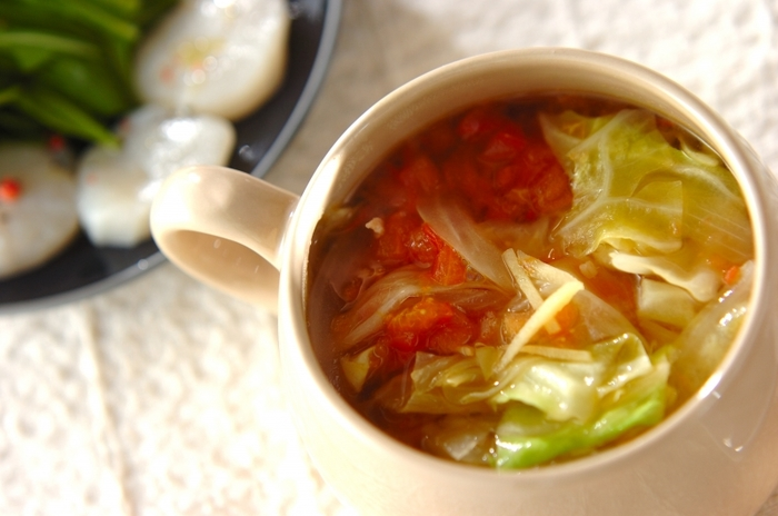 野菜の甘みとベーコンの旨みが際立つコンソメ風味に、しょうがを利かせた野菜スープ。冷蔵庫の中で残ってしまいがちなキャベツとトマトをたっぷり入れて、朝食にもピッタリ◎