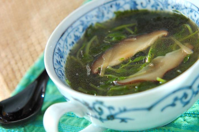 栄養豊富で、節約レシピにも大活躍の豆苗がたっぷり入った中華スープ。ごま油で炒めた豆苗と、ツルンとしたわかめの食感が絶妙です。しょうがは千切りにして入れるので、辛味が苦手な人にも食べやすいですよ。