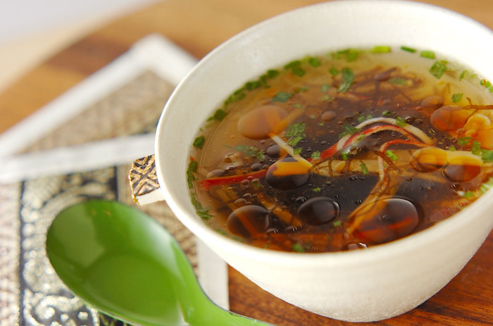 調理時間はなんと1分。市販のもずく酢に熱湯と他の材料を混ぜるだけの超簡単な温スープです。 しっかり食べ応えが欲しい時には、春雨を加えてボリュームアップ!