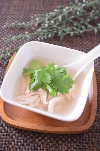 レモングラスとしょうがが優しく香る癒し系のスープは、食べる前にパクチーを添えて頂きます。 日本人好みのさっぱりしたレモン風味が、疲れた身体に優しい♪