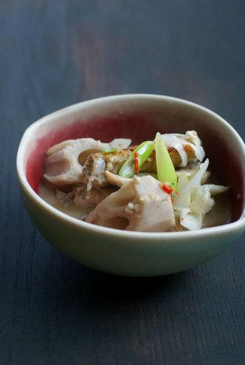 大きめに切った根菜と、柔らかく煮込んだ鶏手羽のスープは、食べ応えもばっちり。唐辛子や香味野菜で香りが良く、薬効効果も高い一品です。