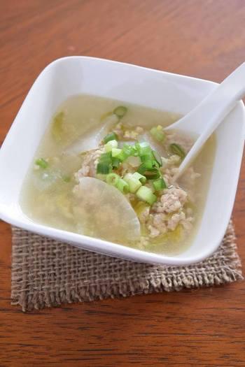 鶏ひき肉がしょうがのスープをたっぷり吸い込んで、どんなおかずにも相性が良いスープです。 このまま食べても美味しいですが、ご飯を加えて中華粥にすると、寒い日の朝食にもピッタリ。