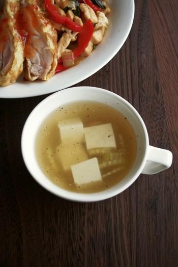 辛かったり脂っこかったりと、個性が強いタイ料理。そんな料理に合わせるから、タイのスープは、とっても優しい味わいなんです。 メイン料理の味をじゃませずに、口の中をリセットしてくれます。