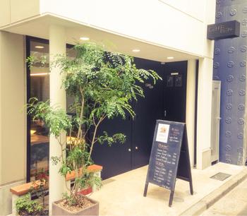 歌舞伎座の裏にある、モダンな雰囲気のカフェ。銀座にはめずらしい、贅沢な2F建てのお店です。プレス式やハンドドリップで淹れた美味しいコーヒーも魅力です。