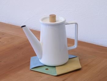 鍋敷き、鍋掴み、ウォールポケットとして三役をこなす鍋掴敷。すっきりとしたデザインと、色の組み合わせがおしゃれです。着物の合わせをモチーフにデザインされています。