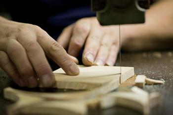 丈夫なアルミと柔らかい天然木を組み合わせた「アルミと木」シリーズ。そして、頑丈なステンレスと木目を生かしたヒノキを組み合わせた「ステンレスとヒノキ」シリーズ。どちらも日本に昔からある工場の技術を使って作られています。
