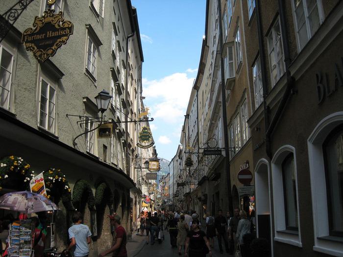 旧市街のメインストリートとなるゲトライデ通りでは、通りの両側に、商店が軒を連ねています。各店の軒を飾る鉄細工の看板は、古い街並みと見事に調和しており、この通りの美しさを際立たせています。可愛らしい鉄細工の看板は、各商店の品物を象徴するかのように、靴の形、鍵の形、傘の形、時計の形など、実に様々なデザインです。