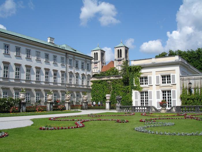ミラベル宮殿は、1604年に大司教ヴォルフ・ディートリヒの命によって建てられた宮殿です。色とりどりの花が咲き乱れる美しい中庭は、バロック様式の壮麗な建物の魅力を引き立てています。