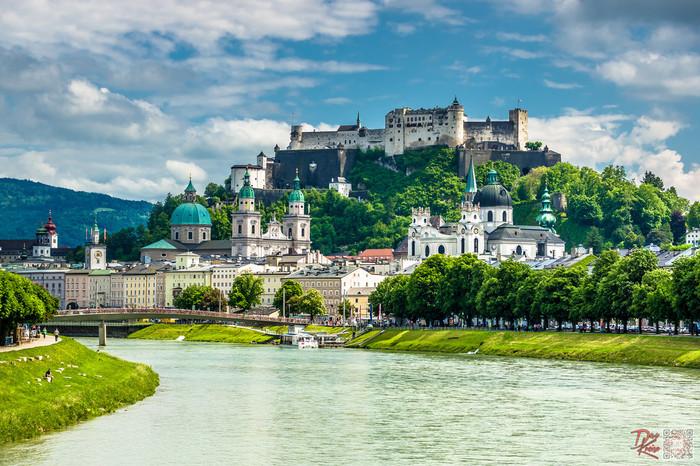 メンヒスベルク山頂に佇むホーエンザツブルク城は、1077年に大司教ゲープハルトの命で築城された城砦です。ザルツブルクのシンボルともいえるホーエンザルツブルク城は、街のどこからでも眺めることができます。