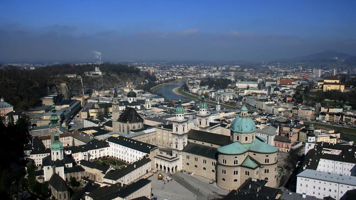 高台から街を見下ろすように築かれたホーエンザルツブルク城からは、ザルツブルク市街地を一望することができます。湾曲して流れるザルツァッハ川沿いに広がる美しい街並みいつまで眺めていても飽きることがありません。