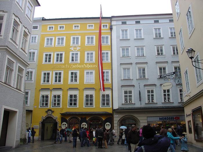 ゲトライデ通りには、天才音楽家、ヴォルフガング・アマデウス・モーツァルトの生家があります。モーツァルト生家には、彼が愛用していたピアノ、ヴァイオリン、自筆の楽譜などが展示されています。