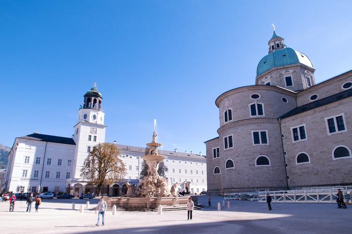 大聖堂、レジデンツ、新レジデンツに囲まれたレジデンツ広場は、ザルツブルク旧市街の中心部です。