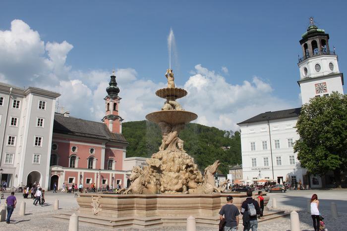 広場の中央を飾る「レジデンツの泉」には、「アトラス神の噴水」があります。壮麗なバロック様式をしたアトラス神の噴水は、アルプス以北で最も美しい噴水のひとつに数えられています。